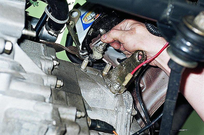 Замену троса сцепления на этом автомобиле нужно начинать в первую очередь с демонтажа стеклоочистителя.