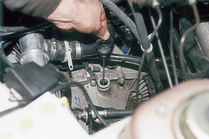 Заранее приготовьте емкость для масла.  В коробке передач ВАЗ 2110, 2111, 2112 объем масла равен 4 литрам.
