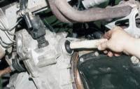 и вместо него вставляем в отверстие коробки передач деревянную заглушку.  Снимаем правый привод передних колес...