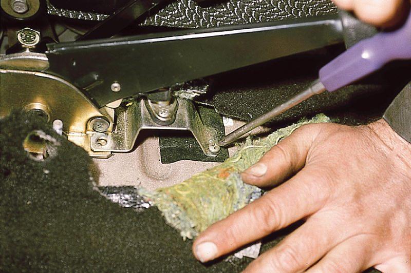 Фото №3 - замена тросика ручника ВАЗ 2110