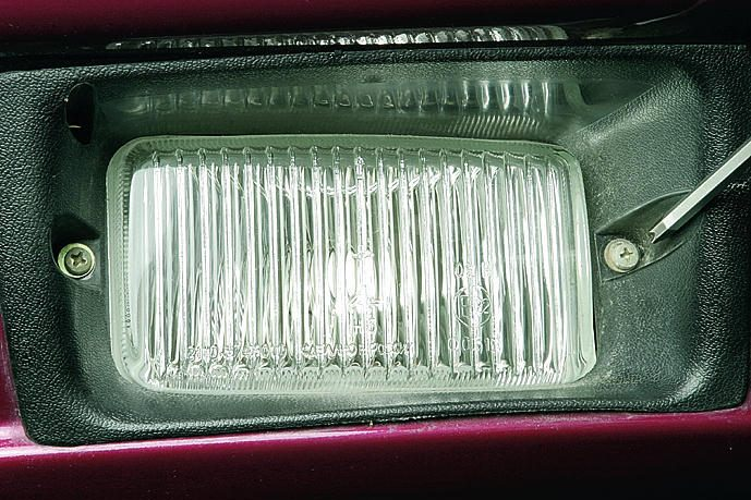 Для того, чтобы поменять лампу в фаре, полностью демонтировать ПТФ не придется.  Демонтируем с пояска.