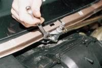 крепление очистителя стекла к кузову автомобиля.