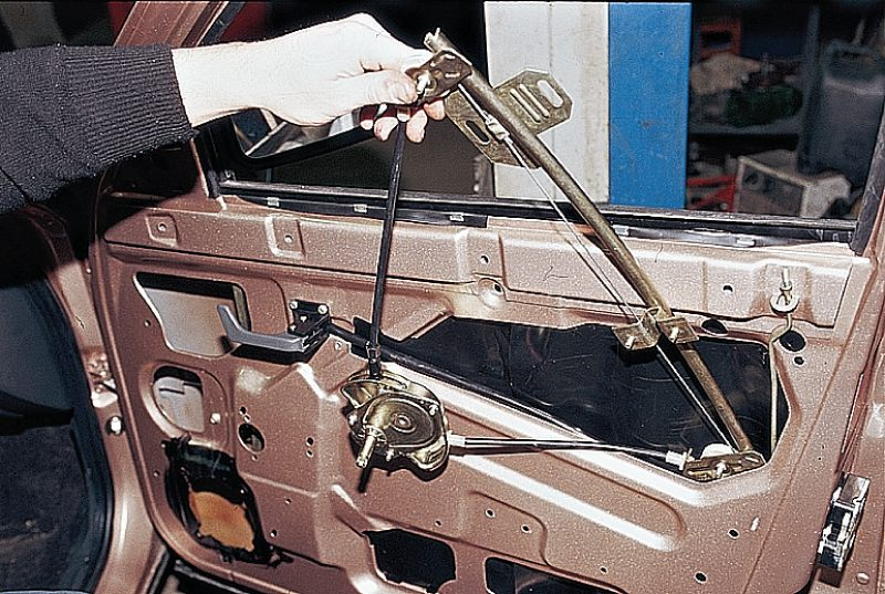 Фото №1 - замена тросика стеклоподъемника ВАЗ 2110