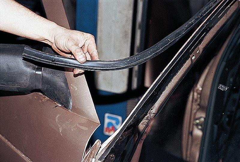 4. Вырезать ветровое стекло удобнее с нижнего угла, расположив поначалу оба держателя струны снаружи.