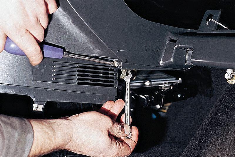 """Крестообразной отверткой и ключом  """"на 8 """" отворачиваем два винта крепления панели приборов к кронштейну контроллера."""