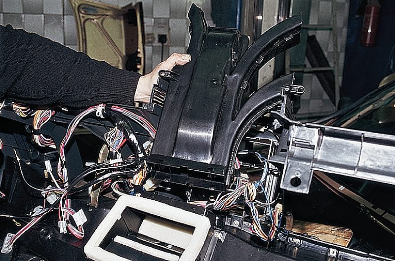 Снятие панели приборов и воздуховодов отопителя.