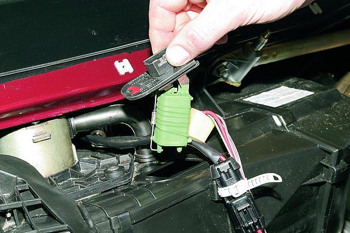 Снятие и разборка отопителя на автомобиле с двигателем ВАЗ-21124.  Сливаем охлаждающую жидкость (см...