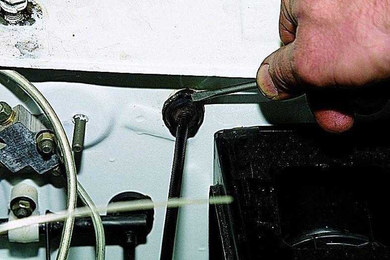 Поддев отверткой, вынимаем резиновый уплотнитель троса из отверстия щитка передка.