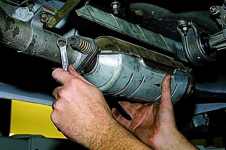 """Накидным ключом  """"на 13 """" отворачиваем два болта крепления нейтрализатора ваз 2131 к приемной трубе."""