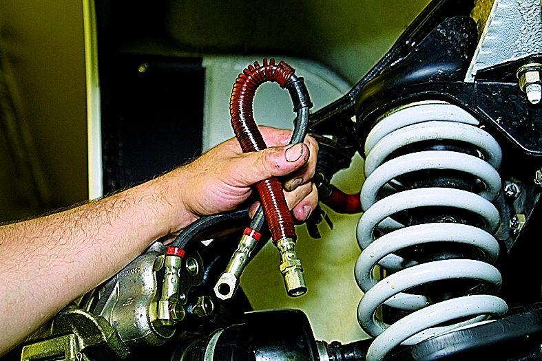 Снятие переднего тормозного шланга. ВАЗ 21213, 21214 (Нива)