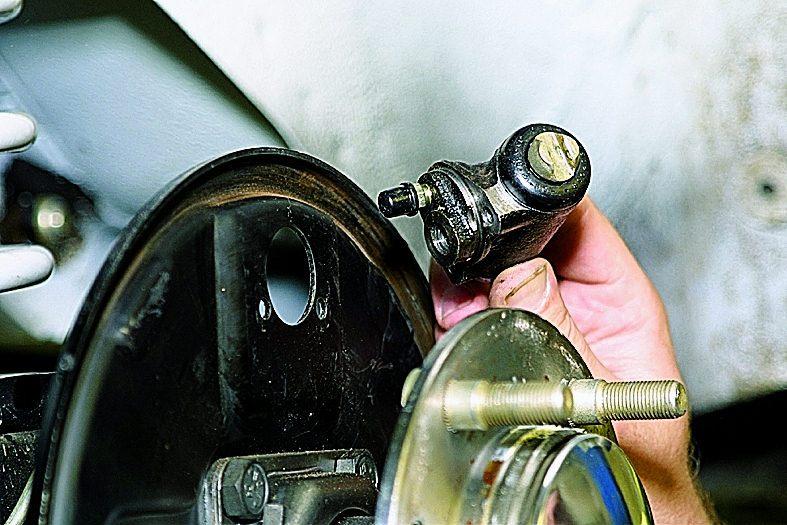 Замена заднего колесного цилиндра. ВАЗ 21213, 21214 (Нива)