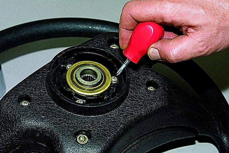 Снятие контактного кольца звукового сигнала. ВАЗ 21213 ...