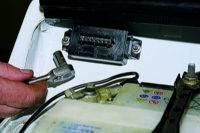 Схема подключения двух проводов линии в розетке телефона.