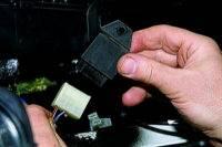Снятие реле-прерывателя указателей поворота и аварийной сигнализации ВАЗ 21213.