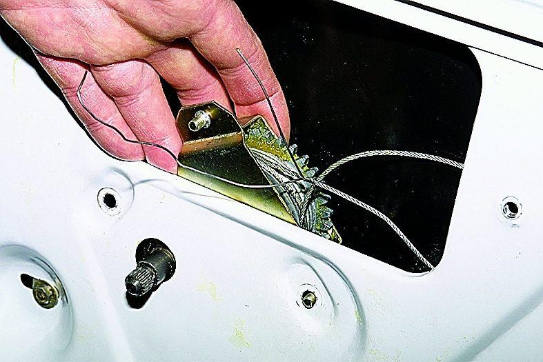 Продеваем вал механизма стеклоподъемника в отверстие внутренней панели двери (новый механизм стеклоподъемника...